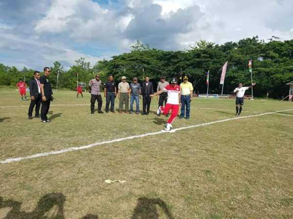 Bertabur Pemain Liga Indonesia Iswan Hasjim Resmi Membuka Labuha Open Tournament 2020